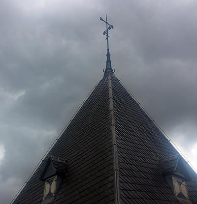 Kerktoren tijden de restauratie zonder Haan en Bol