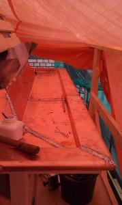 Koperen goot aangebracht aan het dakkapel